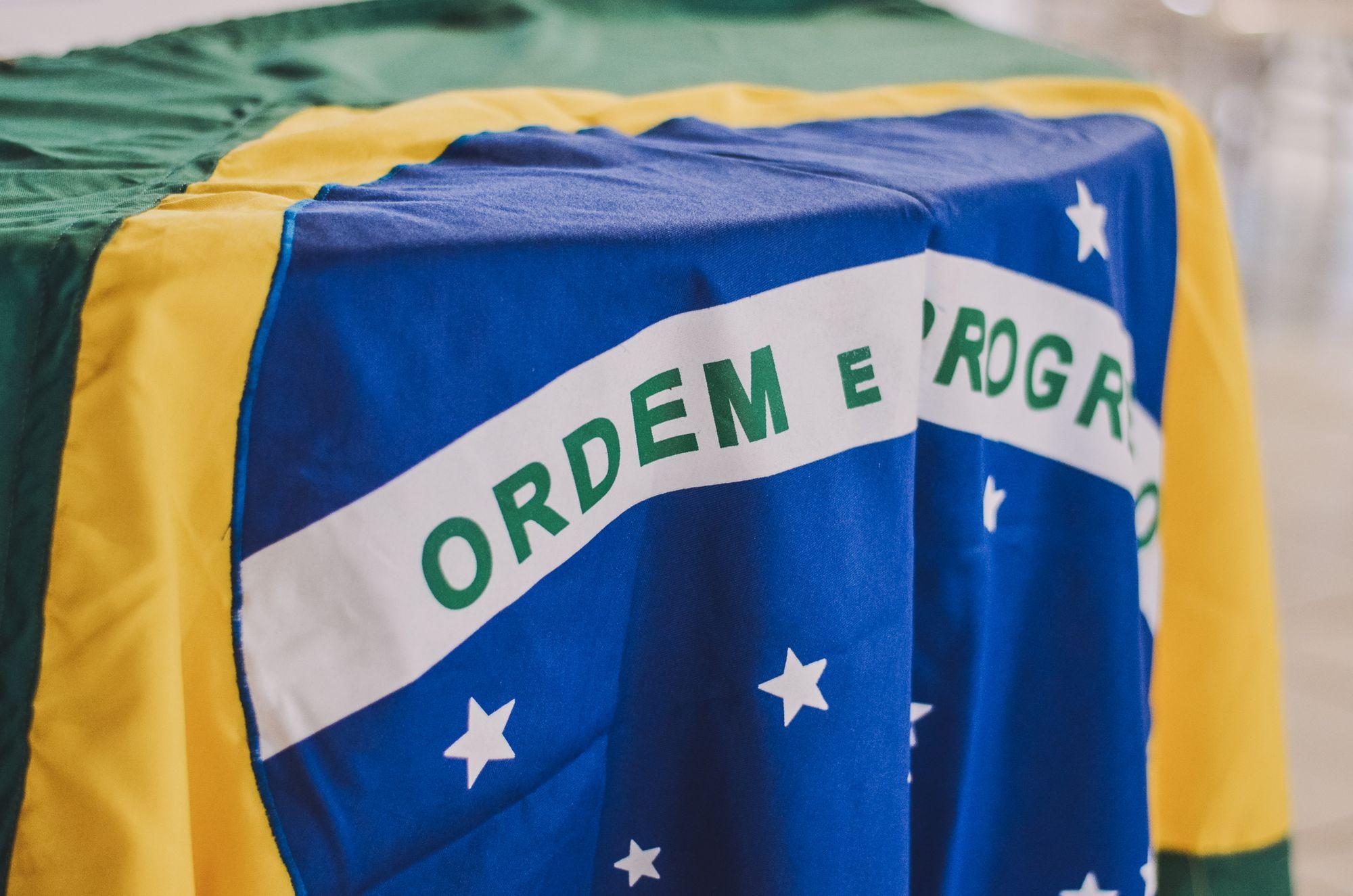 A DEFESA DE VALORES UNIVERSAIS, PLATONISMO À BRASILEIRA